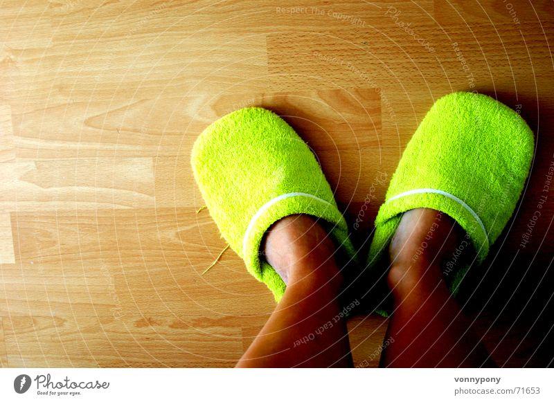 meine grünen Schlappen weiß Holz Fuß hell Wohnung Schuhe warten stehen Bodenbelag Stoff weich Müdigkeit gemütlich Holzfußboden bequem