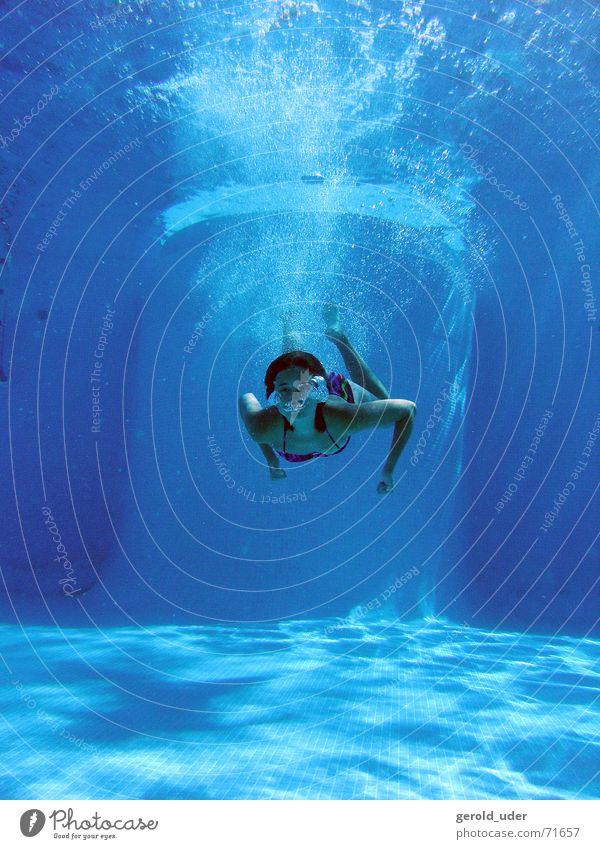 Ferien im Pool Schwimmbad tauchen kühlen Unterwasseraufnahme Wasser erfrischen Freude Schwimmen & Baden