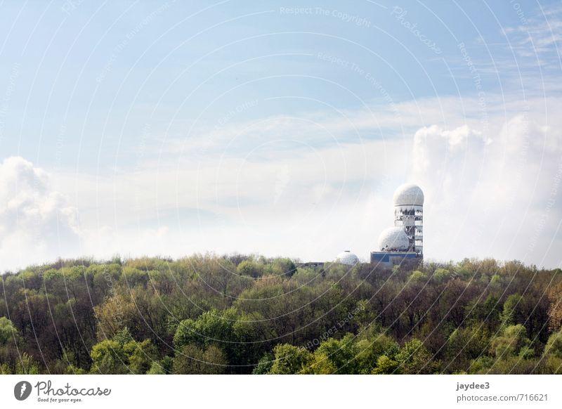Überwachung ist Geschichte Himmel Natur Erholung Landschaft Wolken Wald Frühling Architektur Gebäude Turm Vergänglichkeit Abenteuer Hügel Bauwerk Vergangenheit