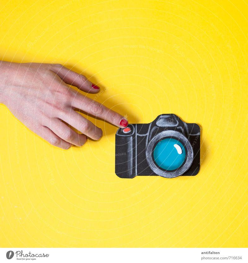 me & my camera Mensch Frau Jugendliche rot Hand Junge Frau Freude 18-30 Jahre schwarz gelb Erwachsene Leben feminin Kunst Freizeit & Hobby Haut