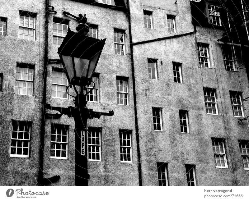 Schottland III Edinburgh Haus Fenster Lampe Laterne Baugerüst Bauernhof Innenhof Röhren