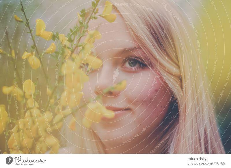 Versteckspiel Junge Frau Jugendliche Erwachsene Kopf Haare & Frisuren Auge 1 Mensch 18-30 Jahre Natur Pflanze Sträucher Wildpflanze beobachten Erholung träumen