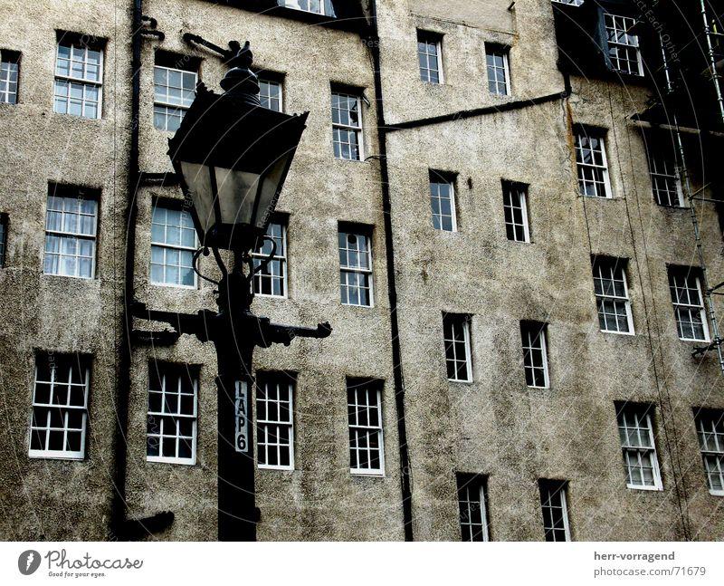 Schottland III Edinburgh Haus Fenster Lampe Laterne dunkel Einsamkeit dreckig Baugerüst Bauernhof Innenhof alt Röhren