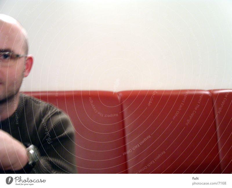 kerl Kerl Mann rot weiß Leder Pullover Uhr Brille ich Bank warten Gesicht Einsamkeit