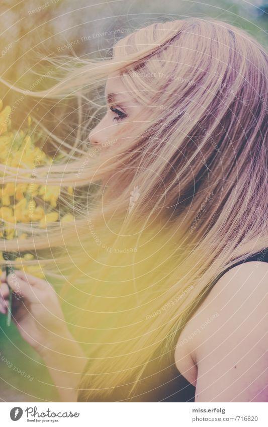 Vom Winde verweht. feminin Junge Frau Jugendliche Körper Kopf Haare & Frisuren Auge 1 Mensch 18-30 Jahre Erwachsene Umwelt Natur Pflanze Sträucher beobachten
