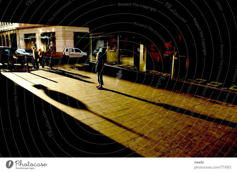 Lange Schatten Licht Sonnenlicht Durchgang gelb dunkel Einsamkeit lange schatten hell Kontrast Wege & Pfade Gang