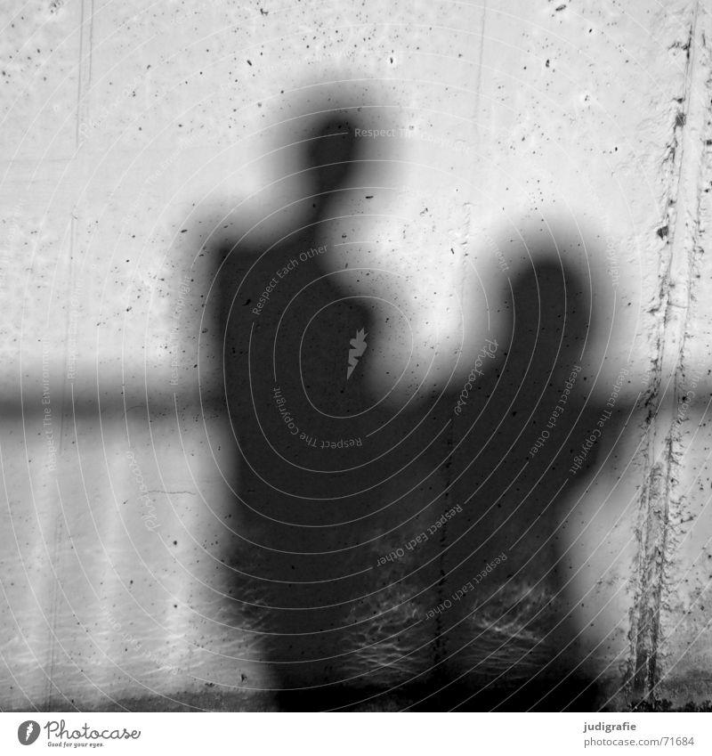 Schatten II 2 Zusammensein Wand Mauer Beton Licht schwarz weiß grau Mensch Paar Geländer Linie Sonne paarweise