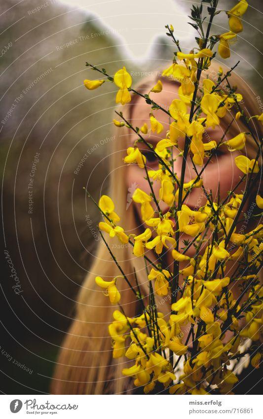 Versteckspiel. Junge Frau Jugendliche Erwachsene Körper Kopf 1 Mensch 13-18 Jahre Kind 18-30 Jahre Umwelt Pflanze Sträucher Blühend Lächeln träumen dunkel frei