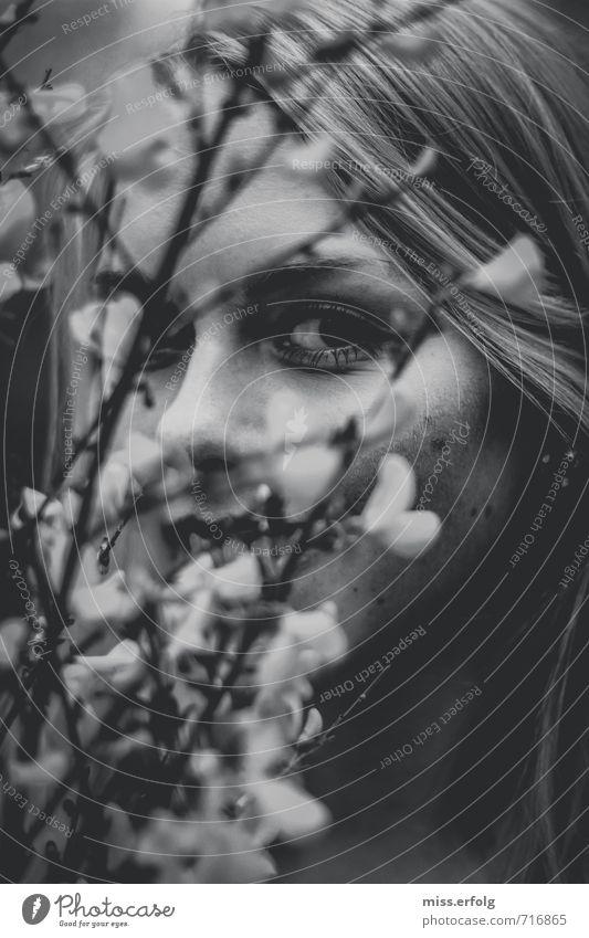 schwarzweißträume feminin Junge Frau Jugendliche Kopf Haare & Frisuren Auge 13-18 Jahre Kind 18-30 Jahre Erwachsene Natur Pflanze Sträucher beobachten entdecken