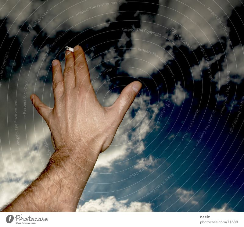 Ticket to heaven Zigarette Hand Wolken Finger Himmel Arme gestreckt blau Rauchen smoke