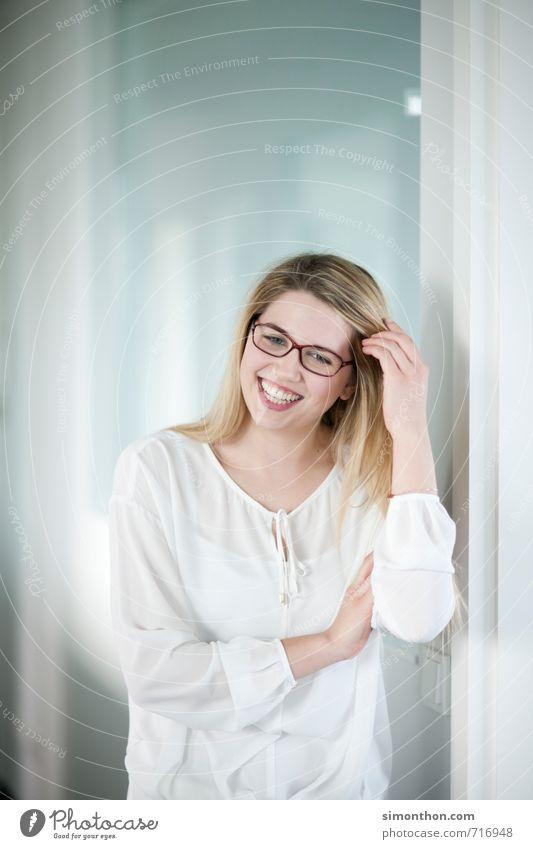 Spaß im Büro Jugendliche Freude 18-30 Jahre Erwachsene Liebe feminin sprechen Glück Stimmung Schule Business Zufriedenheit Erfolg Zukunft Studium Lebensfreude