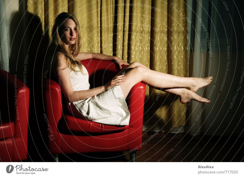 Das schönste Zimmermädchen der ganzen Welt! Jugendliche Junge Frau 18-30 Jahre Erotik Erwachsene Beine Fuß liegen Häusliches Leben blond sitzen groß beobachten