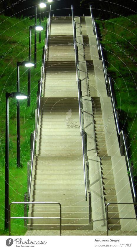 Dir werd ich heimleuchten! grün Haus Ferne Lampe dunkel Gras Wege & Pfade hell Verkehr hoch Treppe modern neu Laterne Geländer