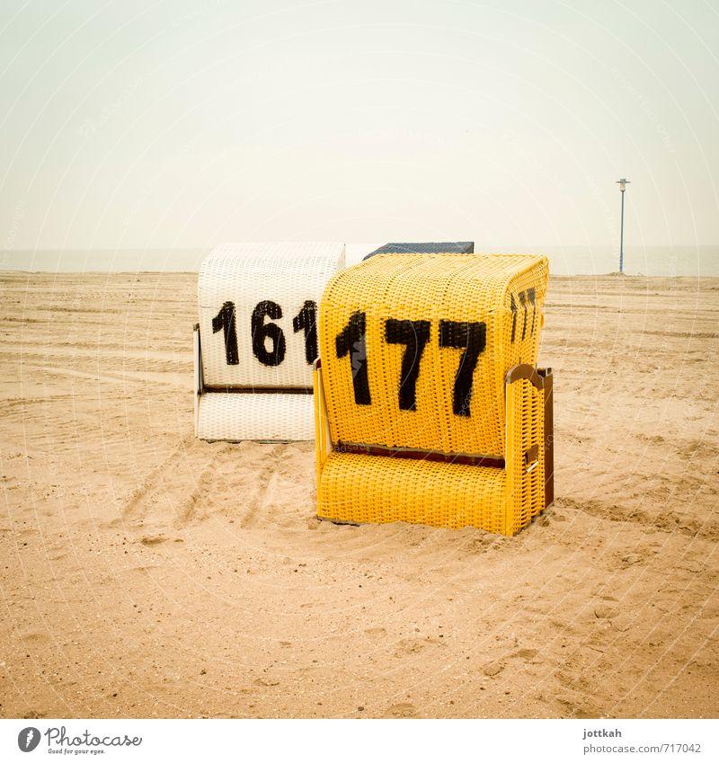 Die 161 und 177, bitte. Mit alles. Und extra Käse. Landschaft Sand Küste Strand Nordsee Erholung träumen warten gelb Schutz Geborgenheit Strandkorb