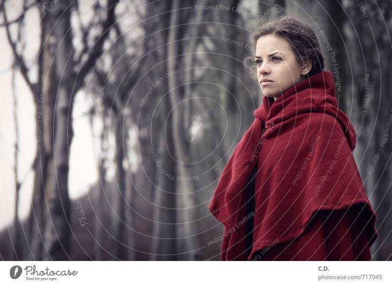 Rotkäppchen Junge Frau Jugendliche 13-18 Jahre Kind Baum Wald Mantel Umhang brünett grau rot Märchen Märchenwald Farbfoto Außenaufnahme Textfreiraum links Tag