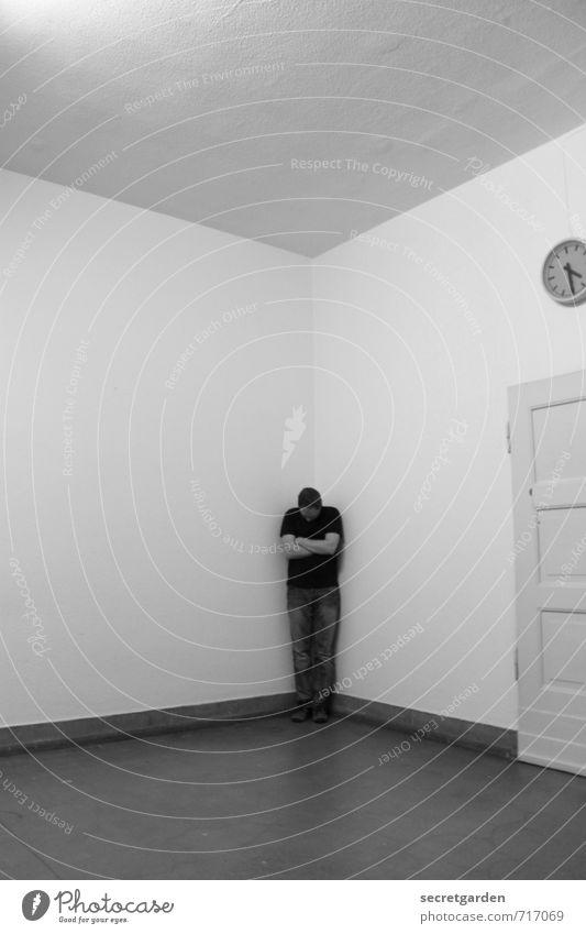 HALLE/S TOUR | die zeit schmollt an der falschen tür. Mensch Jugendliche Einsamkeit Junger Mann Erwachsene Gefühle maskulin Angst Raum Uhr Tür Perspektive Ewigkeit Wut Aggression Verbote