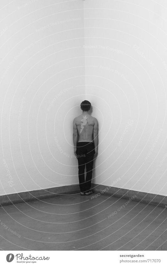 HALLE/S TOUR | standhaft. ruhig Meditation Raum maskulin Junger Mann Jugendliche 1 Mensch 18-30 Jahre Erwachsene Hose stehen dunkel Selbstbeherrschung demütig