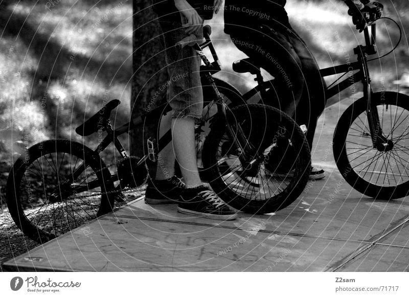 on the next wait Sport verrückt 4 2 Zusammensein stehen Rampe warten Funsport Fahrrad BMX Kind Jugendliche verückt black Schwarzweißfoto