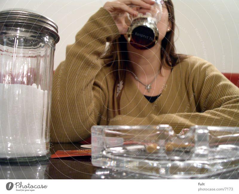prost Frau Hand warten Glas Tisch trinken genießen Pullover Kette Hals Textilien Konsum Cola Zuckerstreuer