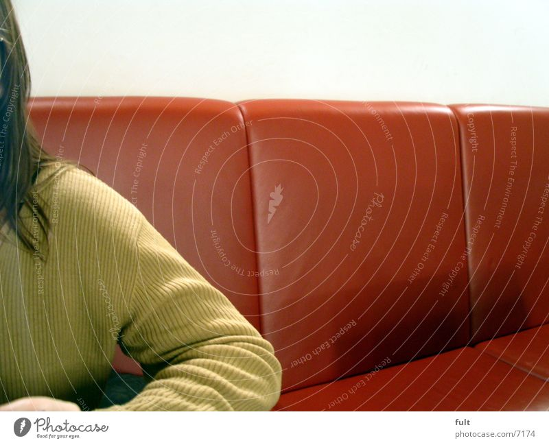 pullover Frau Mensch Einsamkeit Wand Stil Haare & Frisuren warten Arme sitzen Bank Stoff Pullover Leder langhaarig Textilien Sitzecke