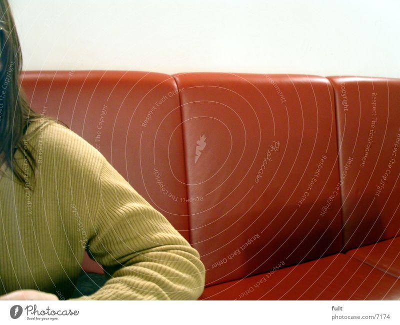 pullover Pullover Sitzecke Stoff Leder Stil Textilien Frau langhaarig Wand Mensch Bank Haare & Frisuren Detailaufnahme Arme sitzen warten Einsamkeit