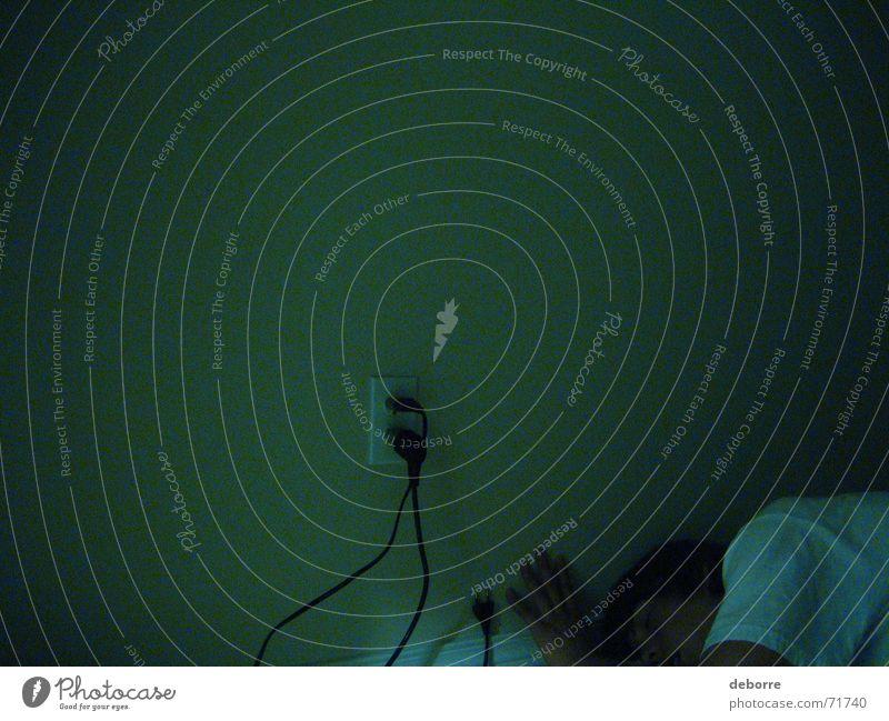 ausgepowert ? Elektrizität Steckdose Nacht grün dunkel schlafen Mensch Energiewirtschaft Müdigkeit Leben machine Kabel Tod