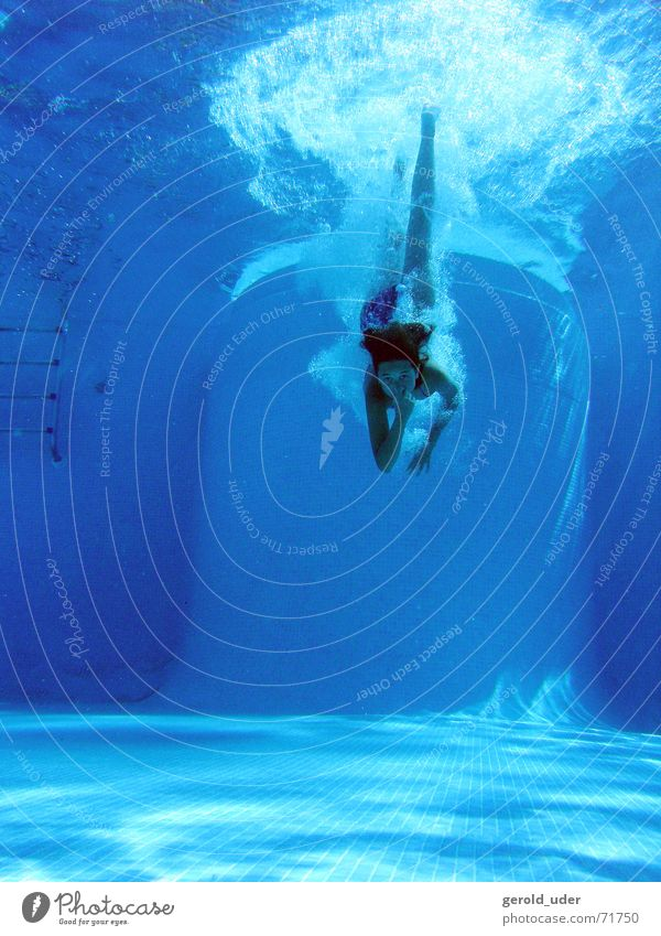 Sprung ins Wasser Schwimmbad springen Spielen tauchen Erfrischung Kühlung kühlen Sommer blau Freude Schwimmen & Baden