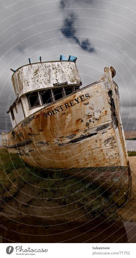 Mit'm Kutter übern' Acker alt Strand dunkel Wasserfahrzeug Feld verfallen Verfall Gewitter Fischerboot Schiffswrack gestrandet