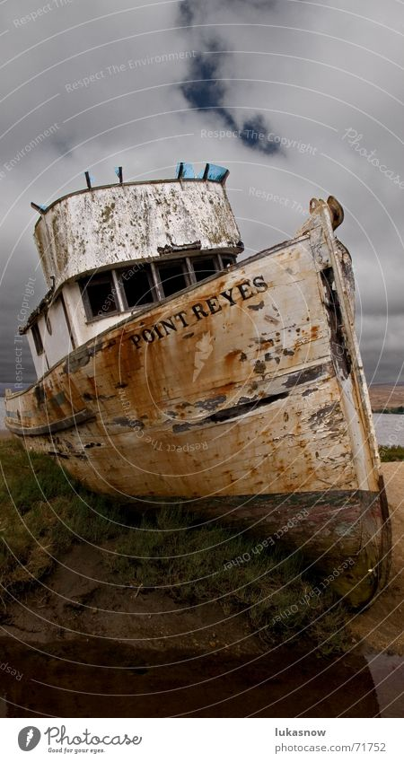 Mit'm Kutter übern' Acker Fischerboot Feld dunkel gestrandet alt Verfall Wasserfahrzeug Strand verfallen Schiffswrack Gewitter
