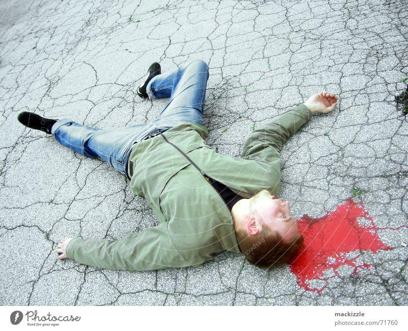 watch your back Unfall Schicksal Straßenkunst Bodenbelag Tod Blut Mord Typ Desaster Körper Wunde