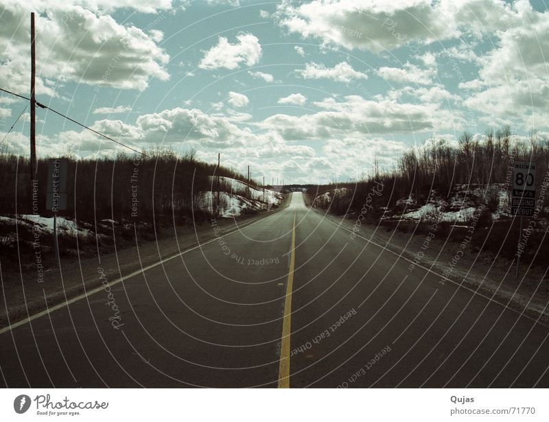 Highway in Kanada Himmel Wolken Ferne Straße Wege & Pfade Landschaft leer Asphalt Unendlichkeit lang Autobahn Verkehrswege Ödland