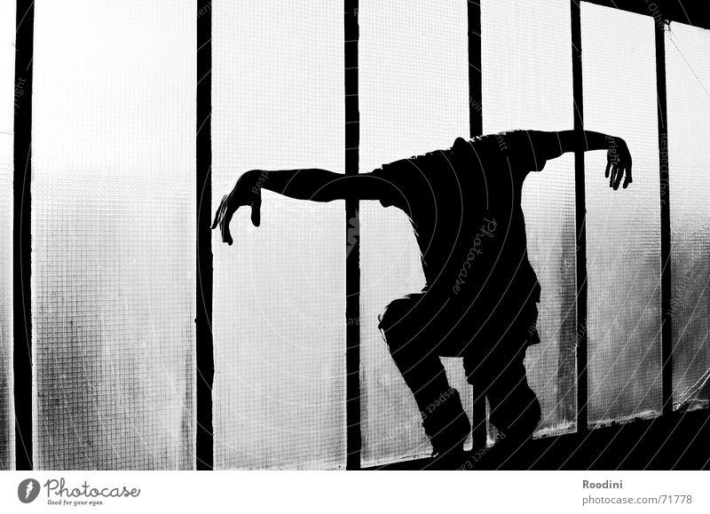 kopflos Körperhaltung gestikulieren gruselig Scharfrichter Finger Hand Monster Vampir Leiche grauenvoll untot Fenster Licht Mensch Teufel Schwarzweißfoto