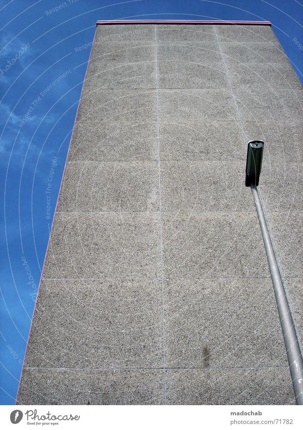 MONOSTYLE | hochhaus gebäude architektur laterne himmel Himmel Stadt blau Einsamkeit Wolken Haus dunkel Fenster Wand Leben Architektur Traurigkeit Gebäude Mauer grau Freiheit