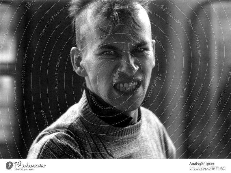 Wut? Haare & Frisuren böse Aggression Körperhaltung Ausgrenzung Punk Bahnhof spiesigkeit Gesellschaft (Soziologie) Blick Schwarzweißfoto Zähne