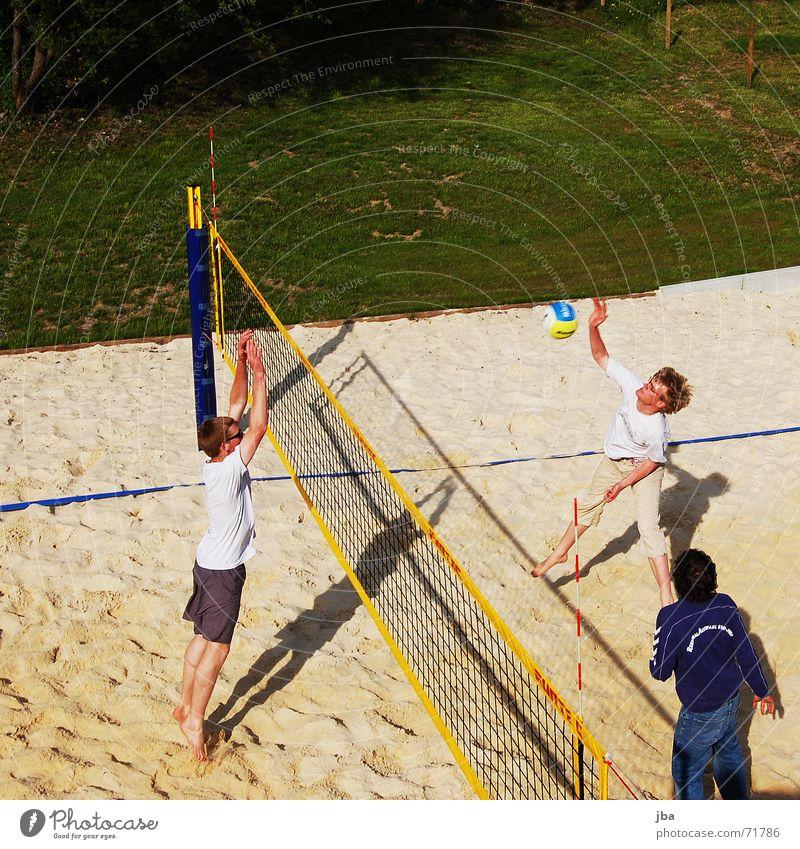 Beach Volleyball Strand Block Wucht Schwung springen Ecke Mann Sport Feld Gstaad Gras grün Wiese Ball smash Kraft Netz netzkante sportlich Blick beobachten