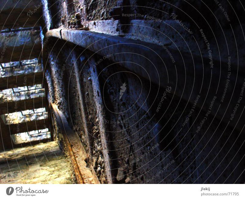 Neigetechnik alt dreckig Eisenbahn Gleise Tunnel Verfall Rost