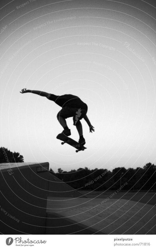 do it!!! Mann Jugendliche Himmel weiß schwarz Sport springen Bewegung Park fliegen Skateboarding Dynamik Freak Hardcore extrem