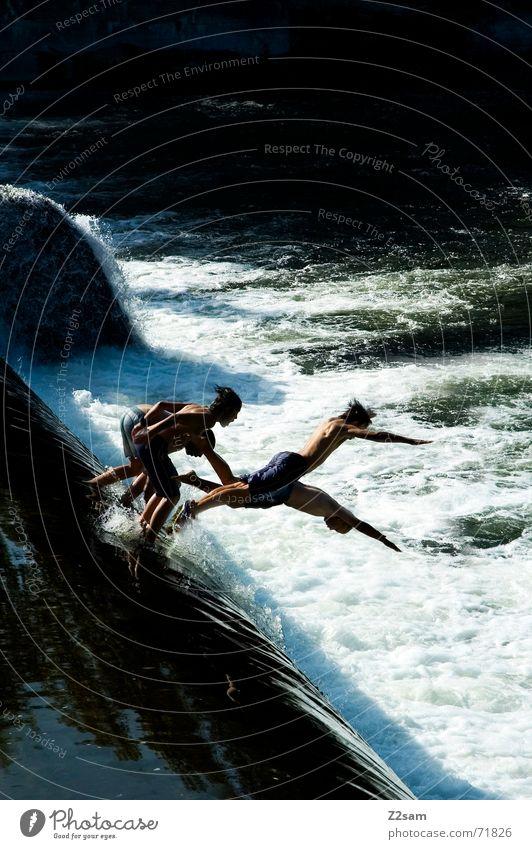 Isar Jumper II stich Wasser blau Sommer springen oben Bewegung Fluss Niveau München Dynamik Bayern schreiten Gischt Gewässer