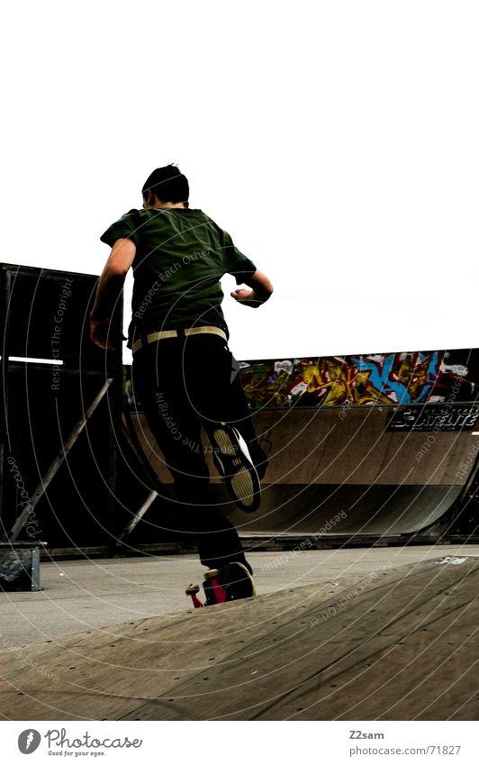 running skater Skateboarding Sportpark Rampe Halfpipe links 100 Meter Lauf Bewegung Dynamik laufen rennen grafiti Coolness man Jugendliche Funsport schreiten