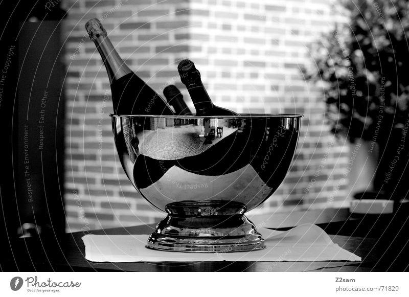 munich breakfast Sekt Tisch Flasche silber Schwarzweißfoto Objektfotografie Stillleben Menschenleer Champagner Champagnerkühler Sektflasche gekühlt