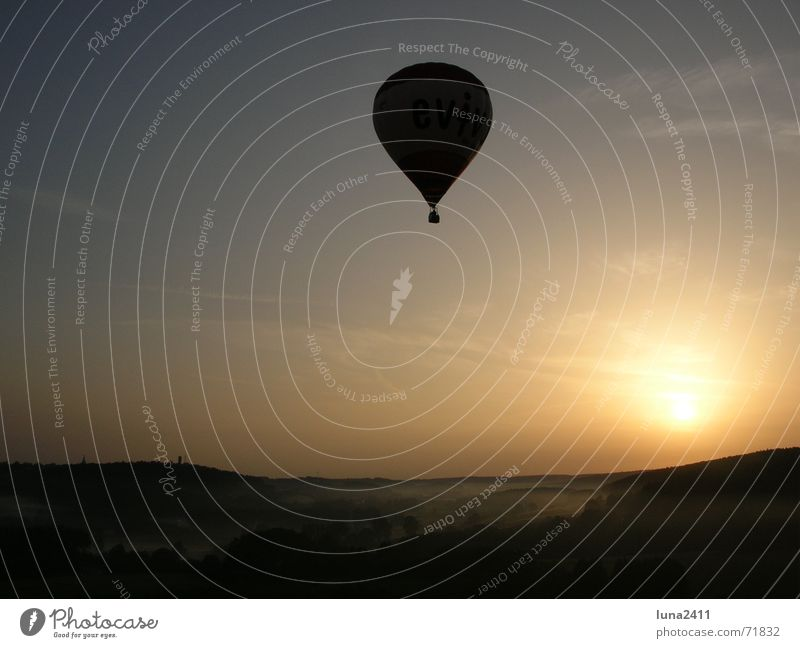 Ballonfahrt am Morgen 2 fahren Sonnenaufgang Nebel Bodennebel Nebelbank Licht Gegenlicht Treppe Landschaft Himmel Bodenbelag Ballone