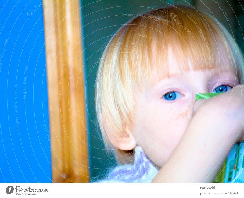 Eva Kind Mädchen trinken Saft