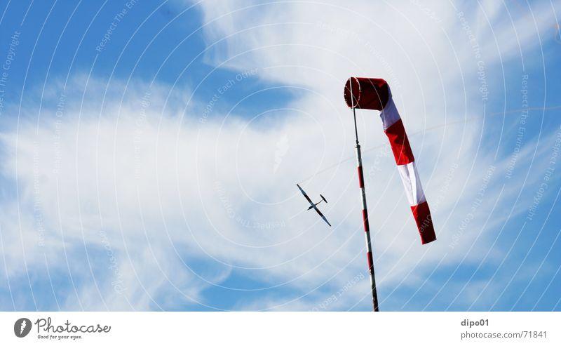 Flugzeuge im Bauch Segelflugzeug Windsack Wolken Segelfliegen Kunstflug Himmel zirren b4 aufwind