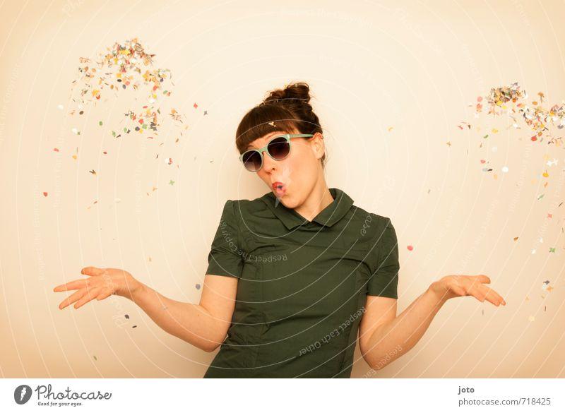 hoch hinaus Freude Party Feste & Feiern Geburtstag Mensch Frau Erwachsene Sonnenbrille brünett werfen frech trendy retro verrückt wild mehrfarbig Lebensfreude