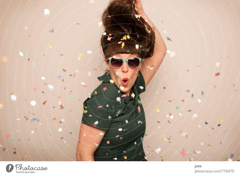 alles paletti konfetti Jugendliche Junge Frau Freude Leben Bewegung Feste & Feiern Party wild Zufriedenheit frei Geburtstag Fröhlichkeit verrückt Tanzen Lebensfreude Überraschung