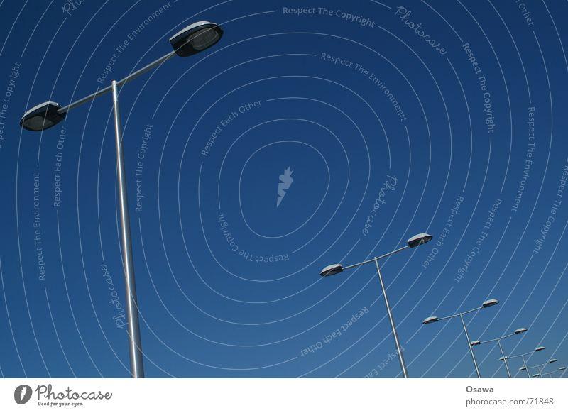 Südkreuz 2 Parkdeck Laterne Straßenbeleuchtung Orgelpfeife diagonal himmelblau südkreuz Reihe Perspektive Himmel