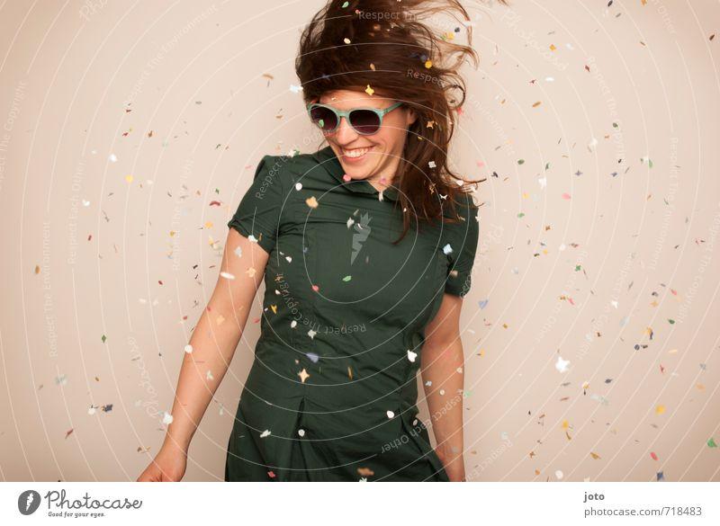 lass uns tanzen Freude Party Feste & Feiern Tanzen Karneval Silvester u. Neujahr Geburtstag Mensch Frau Erwachsene Sonnenbrille Bewegung frech Fröhlichkeit
