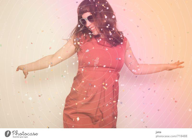 Im Konfettiregen tanzen Mensch Frau Freude Erwachsene Bewegung natürlich Glück lachen Feste & Feiern Party Zufriedenheit Geburtstag frei Tanzen Fröhlichkeit
