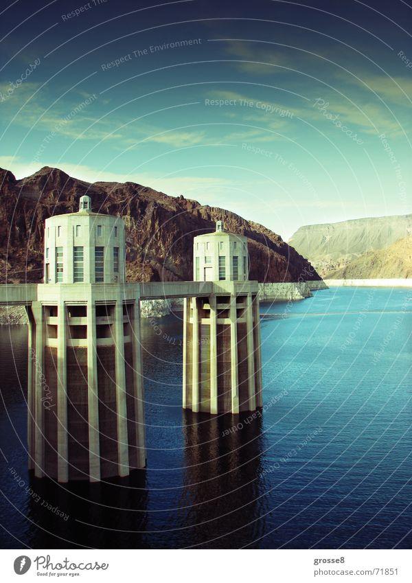 Die 2 Türme Staumauer Nevada Stromkraftwerke blauer see weisse türme hoverdamm rote berge Wüste