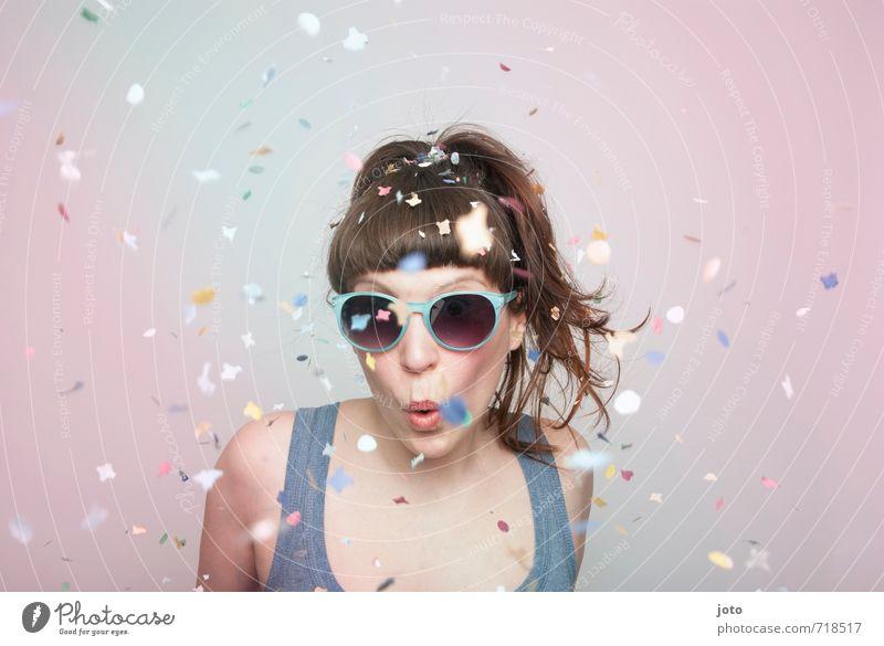 partytime Freude Party Feste & Feiern Silvester u. Neujahr Geburtstag Mensch Junge Frau Jugendliche Erwachsene Sonnenbrille brünett Pony Bewegung Tanzen frech